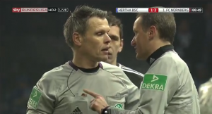 referee Weiner discusses with his assistant referee.