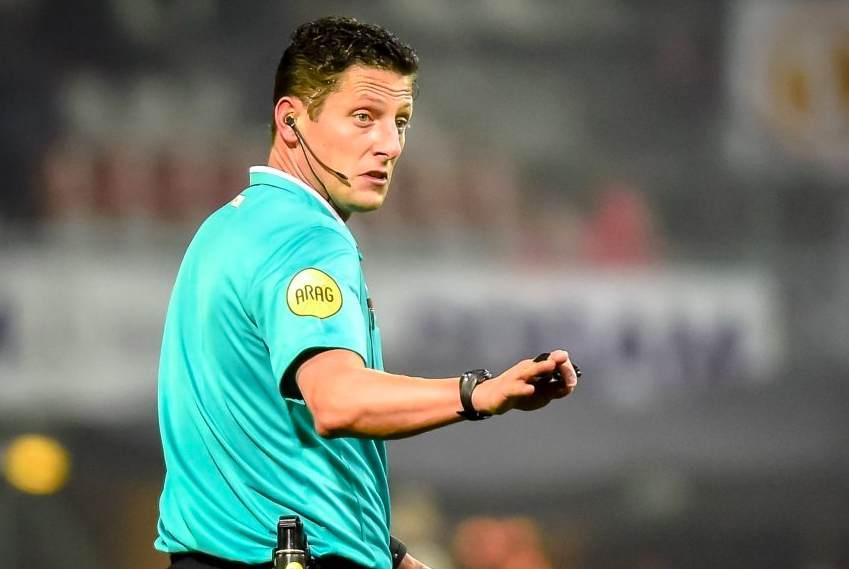 Jeroen Manschot in green referee shirt.