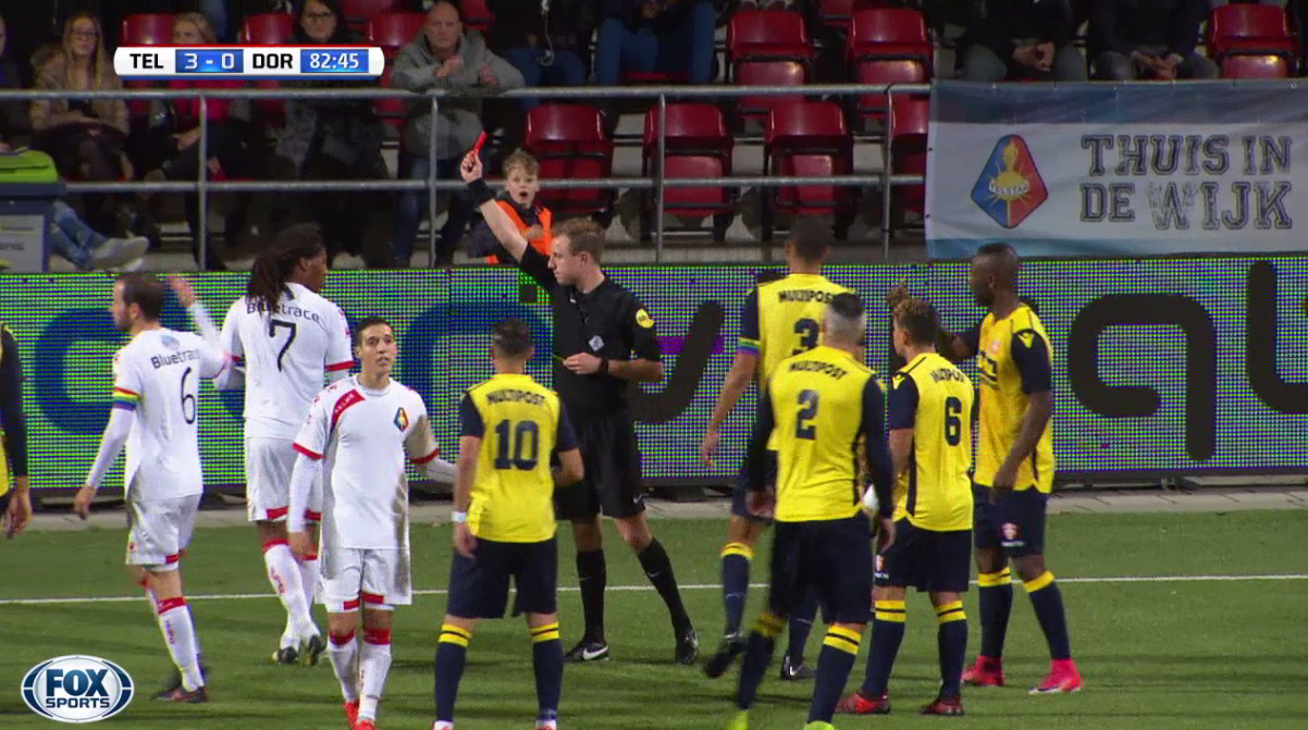 Stan Teuben showing a red card at his debut at the professional level