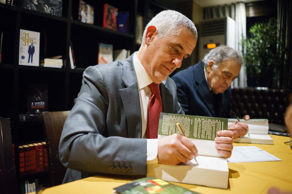 Vitor Manuel Reis signing his book